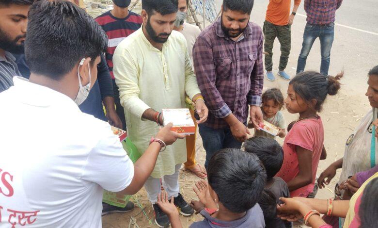 MVS फाउंडेशन ट्रस्ट (NGO) के तत्वाधान में जरूरतमंदों को भोजन पैकेट वितरण किए गए-